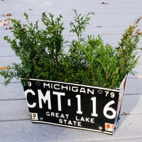 Orice tabla usor de indoit se poate transforma in recipient pentru flori (foto thecompostking com) -