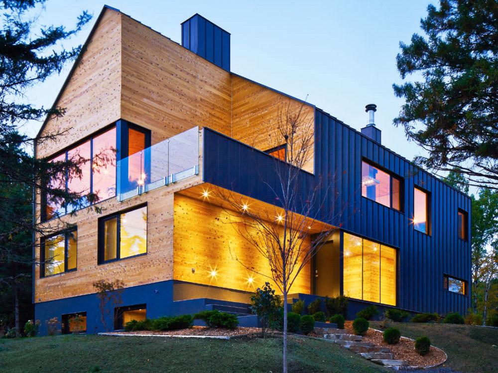 Anvelopanta de metal invaluie o casa din lemn de cedru - Anvelopanta de metal invaluie o