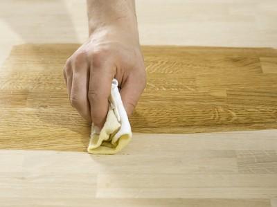 Foto: www.bosch-do-it.co.uk - Lustruirea cu ceara a suprafetelor din lemn