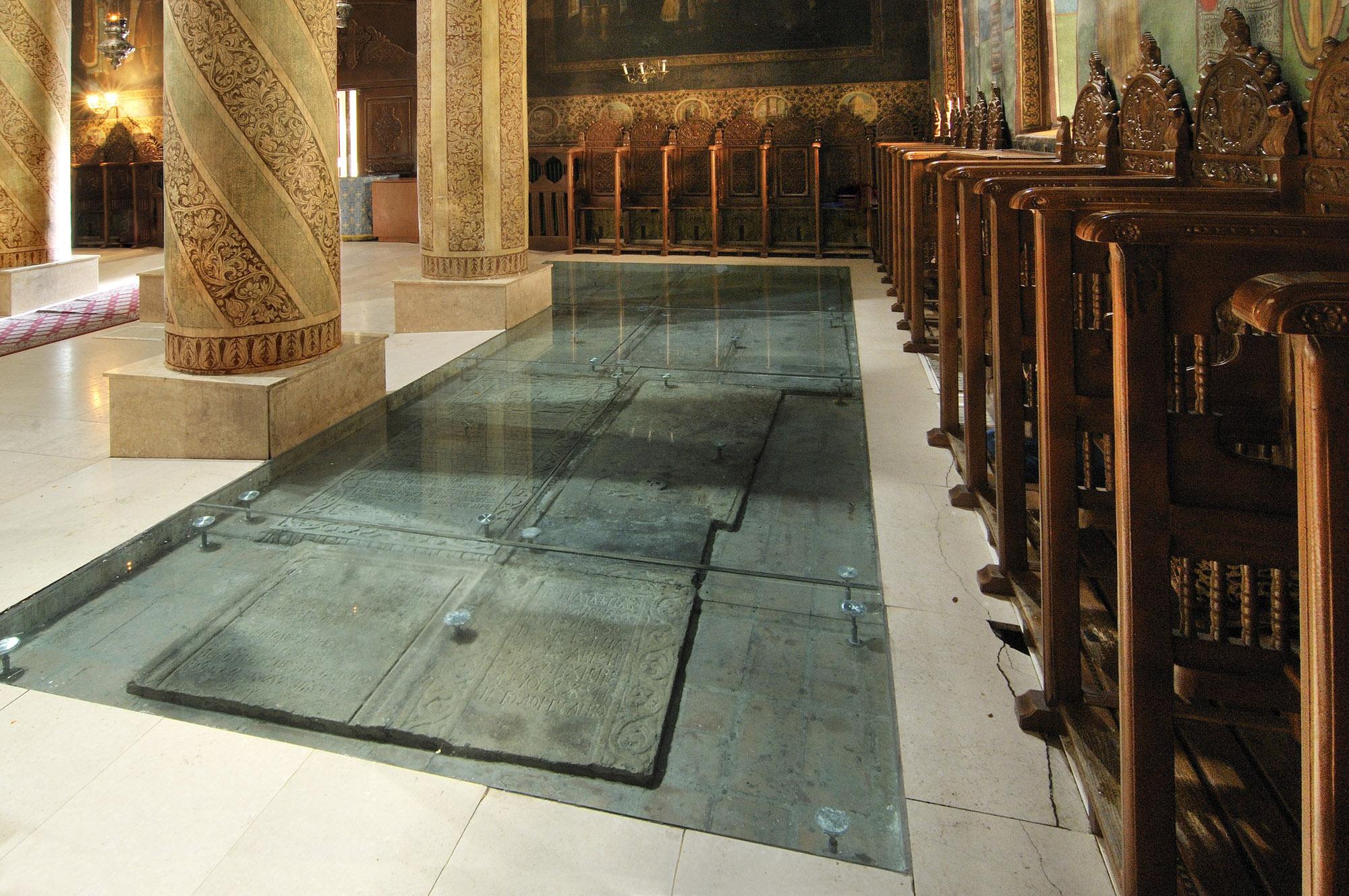 Manastirea Radu Voda - Podea din sticla pentru Manastirea Radu Voda