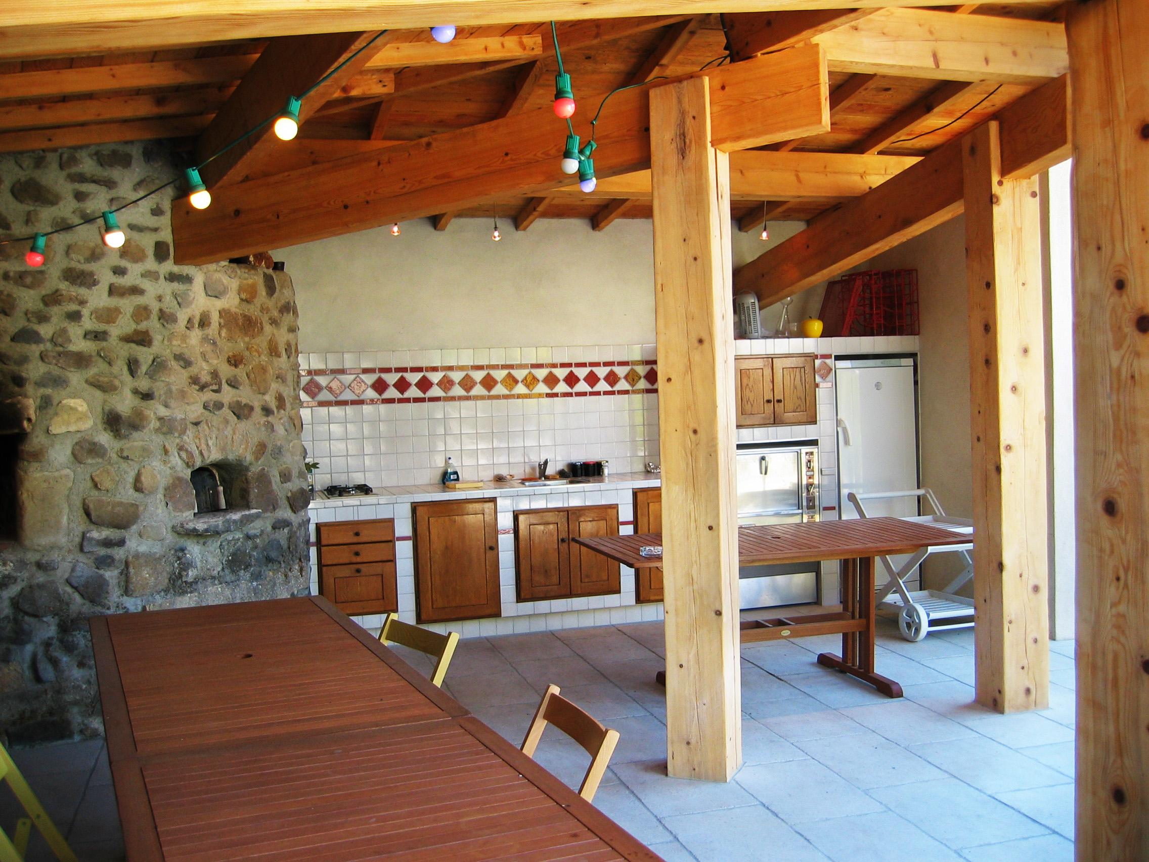 Bucatarie de vara semi-deschisa in stil rustic  - Cateva idei pentru amenajarea bucatariei de vara
