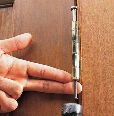 Foto: www.familyhandyman.com - Ungerea pinionului care strabate balamaua (foto: familyhandyman.com)