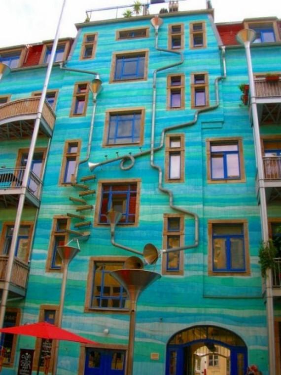 Fatada muzicala in Germania - Fatada colorata din Germania devine orchestra muzicala atunci cand ploua