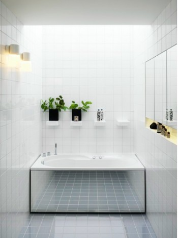 Foto: www.ideas-bathroom.com - Idee pentru o baie simpla si eleganta: placare neutra si oglinzi (foto: www.ideas-bathroom.com)