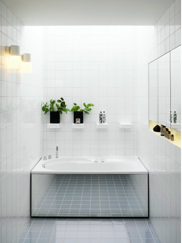 Foto www ideas-bathroom com - Idee pentru o baie simpla si eleganta placare neutra si oglinzi