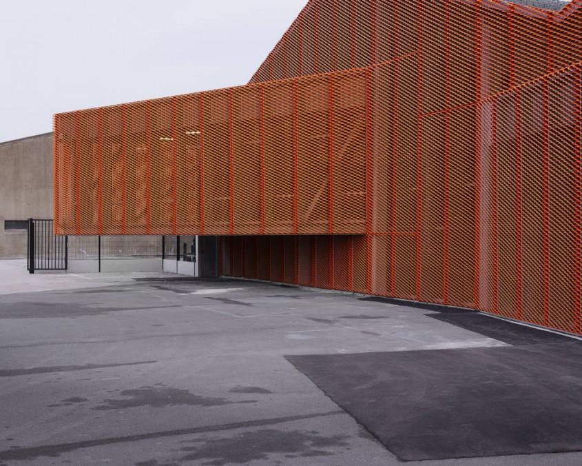 Fabrica Calais Peanut - Fatada fabricii Calais Peanut transformata cu ajutorul unui mesh portocaliu