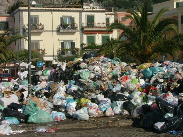 Foto: naplespolitics.com - Ce se intampla intr-un oras, indiferent din ce parte a lumii civilizate, daca nu trec gunoierii cateva zile? (foto: naplepolitics.com)