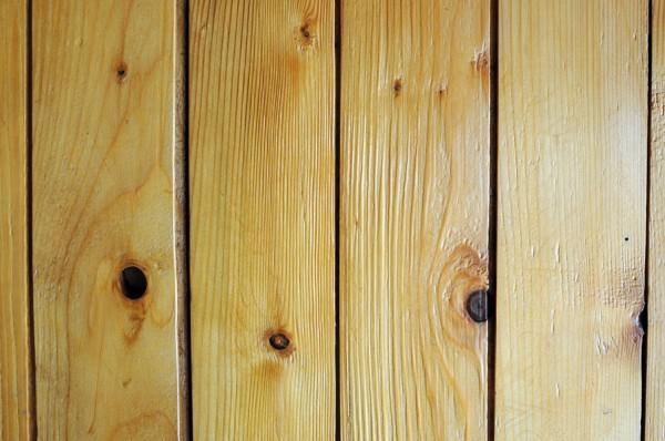 Lambriuri din lemn - Numarul de noduri din lemn sunt considerate un indiciu pentru calitatea lambriurilor (foto: Alina Miron)
