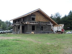 foto: risingsuntoolsplansplots.blog.com - Baloti din tulpini de cereale (ovaz, grau, orz etc.) in structura unei case