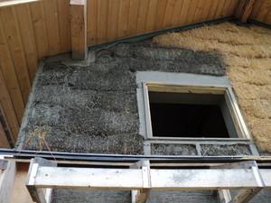 foto: risingsuntoolsplansplots.blog.com2 - Baloti din tulpini de cereale (ovaz, grau, orz etc.) in structura unei case