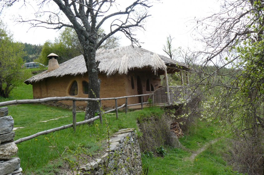 foto: truebulgaria.wordpress.com - Locuinta traditionala, din lut, in Bulgaria (foto: truebulgaria.wordpress.com)