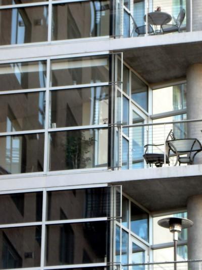 foto: npthompson.wordpress.com - Sticla este din ce in ce mai mult folosita ca finisaj exterior la cladiri de birouri sau locuinte (foto: npthompson.wordpress.com)