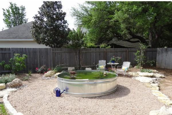 foto: blog.vickiehallmark.com - Chiar si un bazin exterior poate fi interesant, aducand elementul apa in centrul atentiei (foto: blog.vickiehallmark.com)
