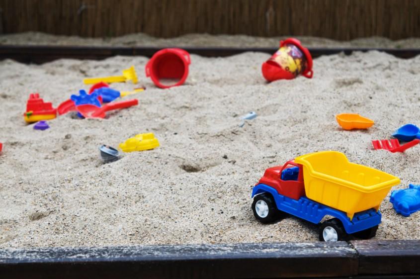 Loc de joaca la curte foto Alina Miron - Nisipul previne accidentarile Si mai e bun