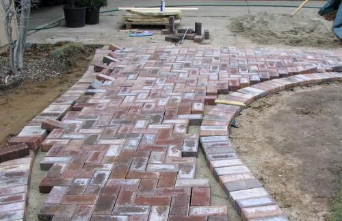 Pavele din beton (foto: extension.iastate.edu) - Pavelele de beton se monteaza pe pat de nisip, fara sa fie nevoie de sapa (Pavele din beton (foto: extension.iastate.edu))