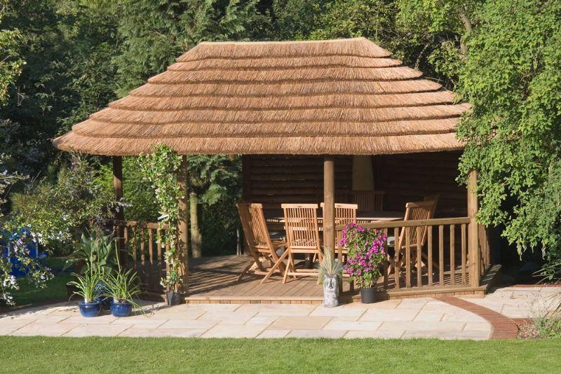 Foisoarele rustice sunt potrivite in gradini pline de verdeata dar nu langa orice stil de casa
