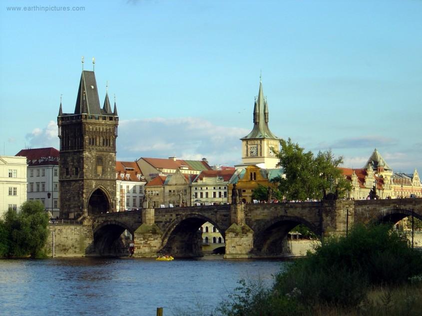 In Praga Charles Bridge face legatura intre cele doua margini ale Vltavei (foto www earthinpictures com)