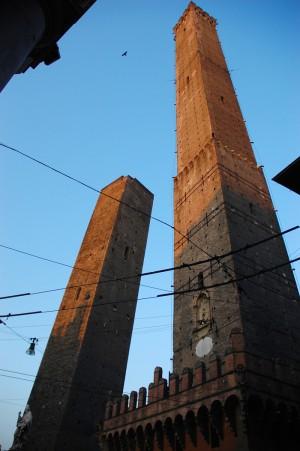 Turnurile Asinelli si Garisenda din Piazza di Porta Ravegnana, Bologna (foto Alina Miron) - Turnurile Asinelli si Garisenda din Piazza di Porta Ravegnana, Bologna (foto Alina Miron)