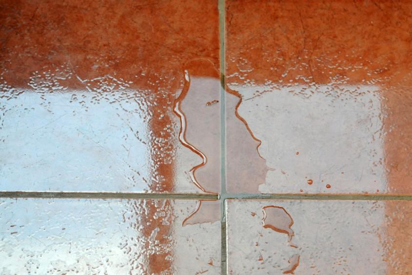 Gresia lucioasa pe care a cazut apa sau ulei devine periculoasa - Gresia lucioasa pe care