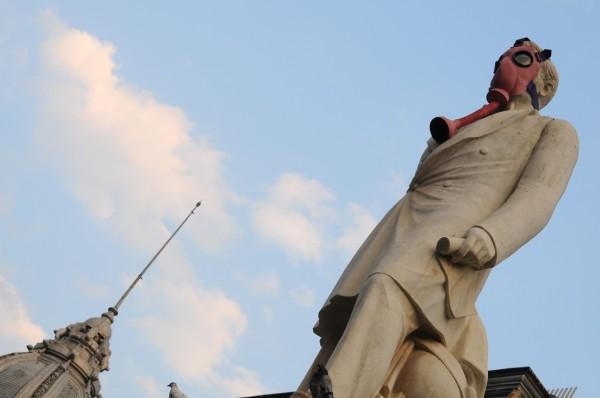 Statuie si manifest impotriva poluarii. Orice sculptura poate purta si un alt mesaj... (foto Alina Miron) - Statuie si manifest impotriva poluarii. Orice sculptura poate purta si un alt mesaj...
