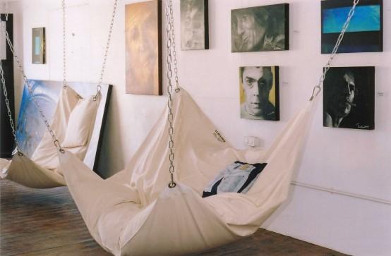 Un hamac deosebit da tonul amenajarii unui interior modern (foto www digsdigs com) - Un hamac