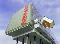 SKC Bratislava1 - O casa intoarsa cu josul in sus, un mod ciudat de a decora sediul companiei