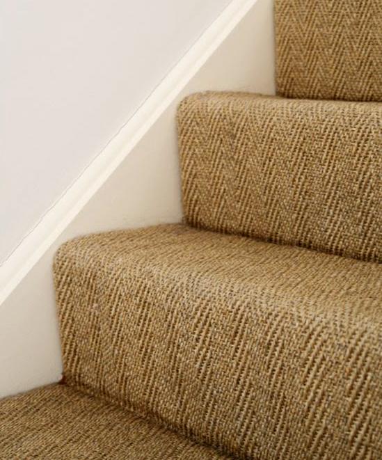 Scarile cu mocheta sau diverse acoperiti textile ofera o izolare fonica si termica suplimentara (Ikea via