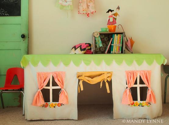 O casuta in miniatura cu ajutorul unei mese si a unor draperii (foto via digsdigs com)