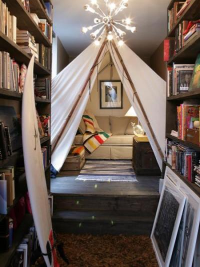 Dormitor, biblioteca si loc de joaca (foto www.digsdigs.com) - Alte cateva idei de amenajare a unor spatii sic cu ajutorul corturilor (foto via www.digsdigs.com)