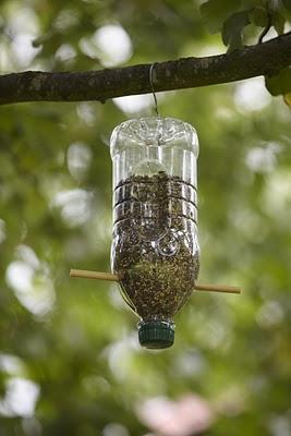 Un pet de plastic si doua linguri de lemn sunt suficiente pentru un hranitor de pasari