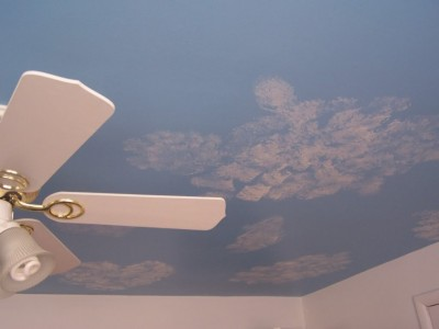 Un alt tavan innorat, pictat de Dan Mages (foto via sawmillcreek.org) - Pictura murala, autocolantele sau accesoriile suspendate de tavan creeaza o atmosfera specifica varstei