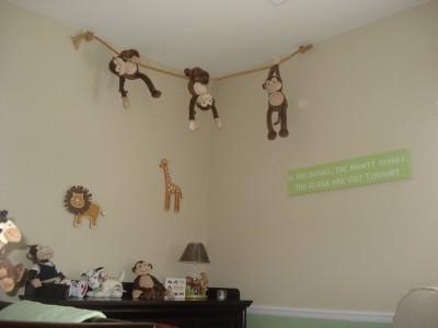 Jucariile pot fi atarnate si ele sub tavan (mai ales ca maimutele asta fac si in lumea adevarata, foto dgmonfamily.blogspot.com) - Pictura murala, autocolantele sau accesoriile suspendate de tavan creeaza o atmosfera specifica varstei
