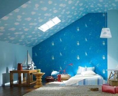 Tavanul inclinat al unei mansarde poate fi cu atat mai mult integrat in decor (foto www.interiordesignforhouses.com) - Pictura murala, autocolantele sau accesoriile suspendate de tavan creeaza o atmosfera specifica varstei