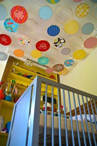 Lorena si David, din San Francisco, au decorat tavanul din camera copilului cu broderii (foto via designdazzle.blogspot.com) - Pictura murala, autocolantele sau accesoriile suspendate de tavan creeaza o atmosfera specifica varstei