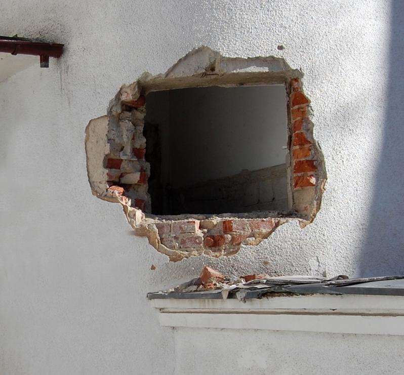 Spargerea peretilor de exterior portanti se face doar de catre specialisti care trebuie sa asigure preluarea