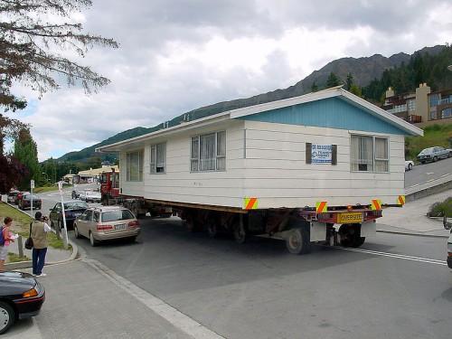 Acasa poate fi luat oriunde... uneori chiar fizic (Moving House, foto Wikipedia Commons) - Acasa poate fi luat oriunde... uneori chiar fizic (Moving House, foto Wikipedia Commons)