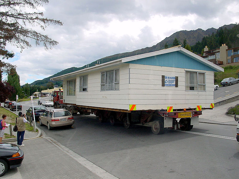 Acasa poate fi luat oriunde uneori chiar fizic (Moving House foto Wikipedia Commons) - Acasa poate