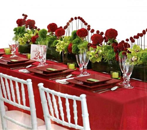 Foto via www.interiorresult.com - Un rosu-grena da o nota somptuoasa unei mese inveselite de verdele decoratiunilor