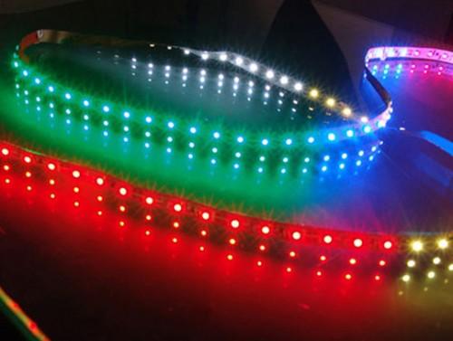 """Ceea ce merge bine in spatii de genul barurilor si discotecilor trebuie """"estompat"""" in amenajarile de acasa - O banda cu LED-uri poate fi montata chiar si in spatii total indeite. Dar... atentie la detalii!"""