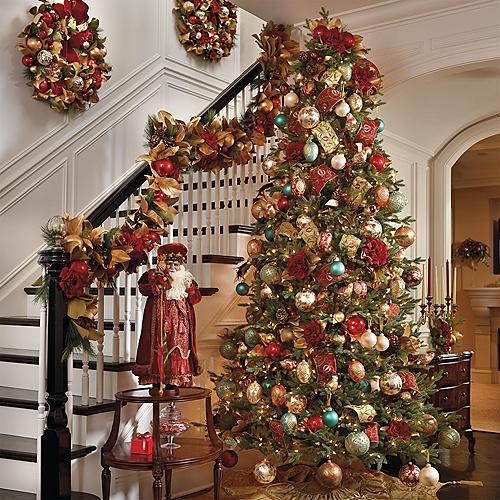 O influenta americana: decorarea scarilor si coronitele imbogatesc spatiul (foto via www.houzz.com) - Amenajari festive, de la camere decorate in intregime, pana la detalii care dau nota de sarbatoare