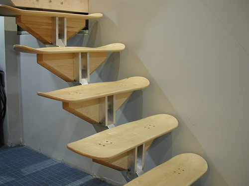 Scara cu trepte in forma de placi de skateboard, foto via zedomax.com - Functionalitate si design