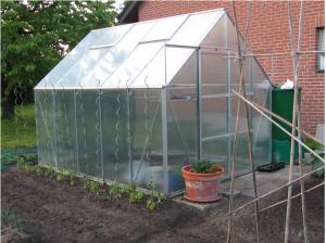 Un sol nisipos, bine drenat este cel mai potrivit pentru multe legume si plante - Terenul cel mai potrivit este unul care beneficiaza de lumina solara din plin, dar e ferit de vanturi (foto: melantrys.net)