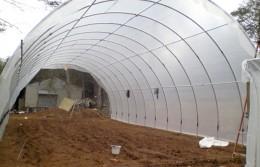 Arcele de otel se ancoreaza in pamant iar pentru a mentine folia intinsa se creeaza intre ele o retea tot metalica sau din sarma (foto: www.wormsetc.com) - Solar tip tunel