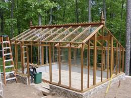 Structura din lemn permite folosirea placilor din PVC sau sticla (foto: forums2gardenweb.com) - Solar cu acoperis in doua pante