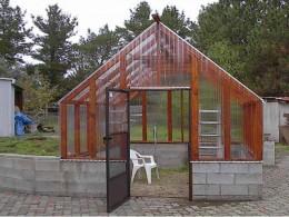 Geamurile acoperisului trebuie sa fie mate, cu protectie UV, pentru ca plantele sa nu fie arse de razele prea puternice (foto: forums2gardenweb.com) - Solar cu acoperis in doua pante