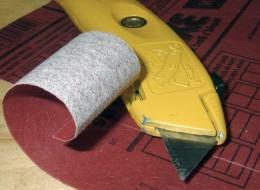 Pentru smirgheluire, se decupeaza bucati de foaie, cu care se lucreaza pe rand (www.drillgadget.com) - Pasi simpli care redau aspectul lemnului