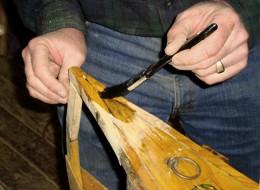Lacuirea finala reda aspectul si protejeaza lemnul (foto: canoeguybc.wordpress.com) - Pasi simpli care redau aspectul lemnului