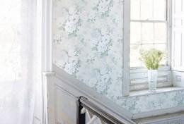 In dreptul ferestrelor tapetul este indoit peste muchii, nu taiat. - Tapet pentru perete, combinatii cu zugraveala sau lemn (colectie Anna French, foto: www.thibautdesign.com)