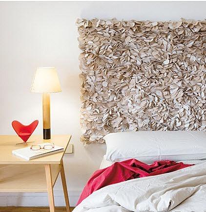 Foto via www.shelterness.com - Aranjamente pentru capataiul patului. Materiale si idei