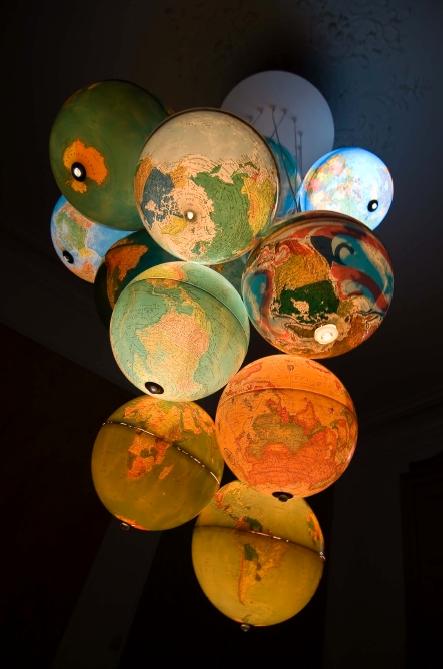 Foto www.recyclart.org (Globuri pamantesti reciclate si transformate intr-un lampadar ingenios. Pe piata se gasesc si globuri pamantesti-lampa gata facute, alimentate cu baterii) - Harti si ghiduri turistice transformate in abajururi, colante pentru mobilier sau tablouri